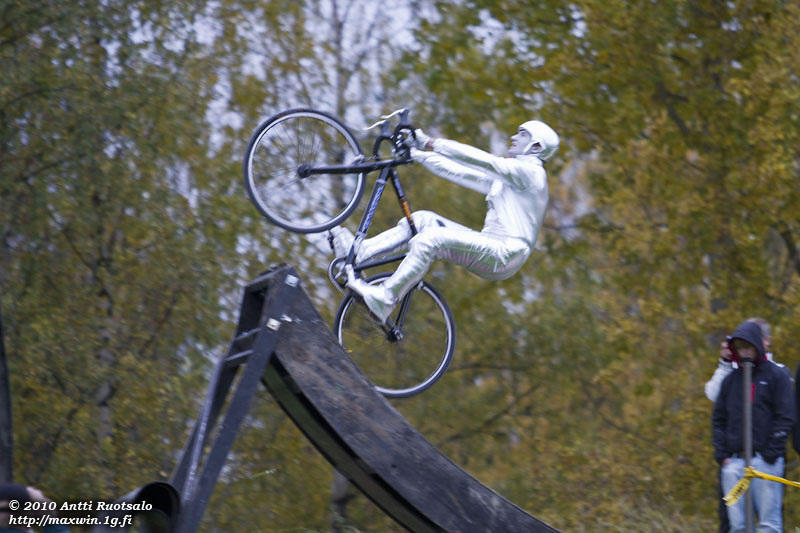 Fixed Gear Blog: A Mime. A Backflip. In Cyclocross Style.